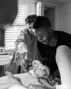 Foto sensacional do pai segurando o seu filho!