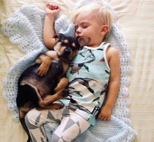 Soneca bebê e bebê cachorro