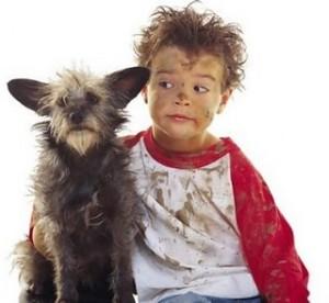 Cachorro e criança sujos