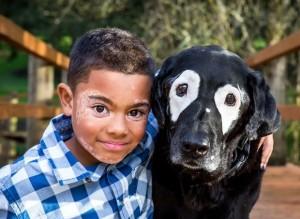 Criança e Cachorro com vitiligo